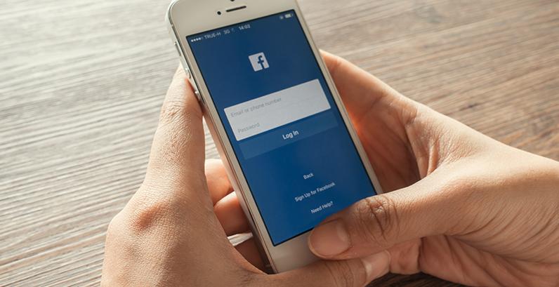Pessoa fazendo login no Facebook pelo celular