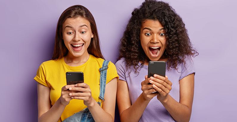 Duas garotas fazendo buscas no Google