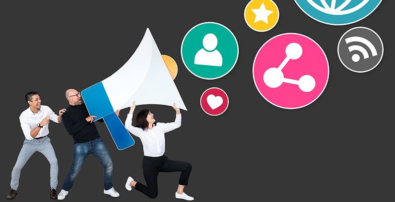 Ilustração: pessoas segurando megafone enorme e dele saem elementos do marketing digital
