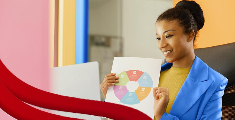 Mulher sorrindo mostrando um gráfico de Sucesso do Cliente
